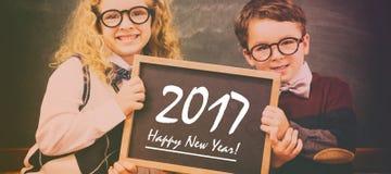 Skolan lurar den hållande svart tavlan med text för det nya året royaltyfri fotografi