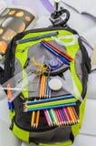 Skolapåsen, ryggsäcken, blyertspennor, pennor, radergummit, skolan, ferie, linjaler, kunskap, bokar Arkivfoto