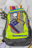 Skolapåsen, ryggsäcken, blyertspennor, pennor, radergummit, skolan, ferie, linjaler, kunskap, bokar Royaltyfri Bild