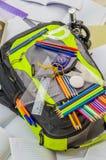 Skolapåsen, ryggsäcken, blyertspennor, pennor, radergummit, skolan, ferie, linjaler, kunskap, bokar Royaltyfria Foton
