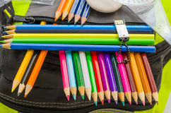 Skolapåsen, ryggsäcken, blyertspennor, pennor, radergummit, skolan, ferie, linjaler, kunskap, bokar Royaltyfria Bilder