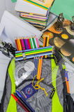 Skolapåsen, ryggsäcken, blyertspennor, pennor, radergummit, skolan, ferie, linjaler, kunskap, bokar Royaltyfri Foto