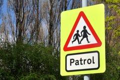 Skolapatrullkorsning tecken Fotografering för Bildbyråer