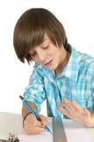 Skolapojke med blyertspennan och linjal som isoleras på vit Royaltyfria Bilder