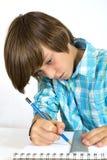 Skolapojke med blyertspennan och linjal som isoleras på vit Arkivbilder