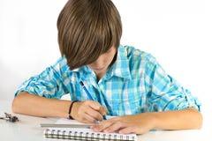 Skolapojke med blyertspennan och linjal som isoleras på vit Arkivfoto