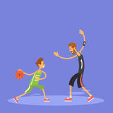 Skolapojke som spelar basketsportleken Arkivfoto
