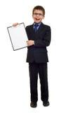 Skolapojken i dräkt och tomt papper täcker i skrivplatta på isolerad vit, utbildningsbegrepp Arkivbilder