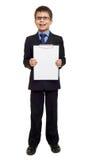Skolapojken i dräkt och tomt papper täcker i skrivplatta på isolerad vit, utbildningsbegrepp Arkivfoto