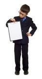 Skolapojken i dräkt och tomt papper täcker i skrivplatta på isolerad vit, utbildningsbegrepp Royaltyfri Bild