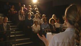 Skolapresentation av studenten stock video