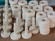 Skolar keramiska provstycken för vit lera för keramisk konstproduktionstudie i design seminariet Royaltyfri Foto