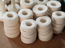 Skolar keramiska provstycken för vit lera för keramisk konstproduktionstudie i design seminariet Royaltyfri Bild