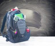 Skolaryggsäck med tillförsel arkivbilder