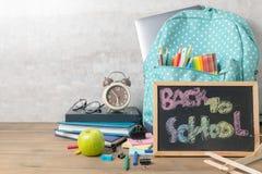 Skolaryggsäck och tillbaka till skolatext fotografering för bildbyråer