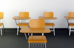 Skolaskrivbord i klassrum Royaltyfri Fotografi