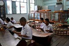 Skolastudenter i Thailand som spelar instrument arkivfoton
