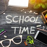 Skolatid, en inskrift på en mörk skolförvaltning, en trätabell av svarta bräden Begrepp av skolan, utbildning studenttabell till royaltyfri bild
