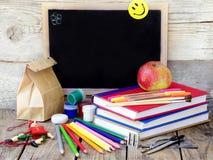 Skolatillförsel, äpplen, bok Arkivfoton