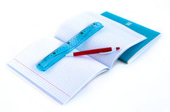 Skolatillförsel - anteckningsböcker, penna, linjal arkivfoton