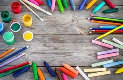 Skolatillförsel, färgpennor, pennor, chalks Arkivbilder