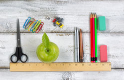 Skolatillförsel i överensstämmelse med linjal på det vita skrivbordet royaltyfria foton