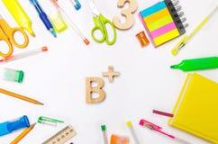 Skolatillförsel i skolaskrivbordet, brevpapper, skolabegrepp, blå bakgrund, idérikt kaos, utrymme för text, markörer, pennor, int royaltyfri fotografi