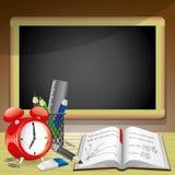 Skolatillförsel och svart tavla. Arkivbild