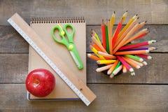 Skolatillförsel på träbakgrund Arkivbilder