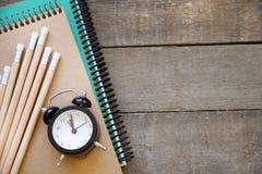 Skolatillförsel på träbakgrund Arkivfoton