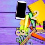 Skolatillf?rsel i skolaskrivbordet, brevpapper, skolabegrepp, bl? bakgrund, id?rikt kaos, utrymme f?r text, mark?rer, pennor, royaltyfria bilder