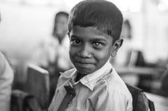 Skolaungar ber, för de äter mat royaltyfria foton