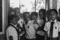 Skolaungar har ett frankt ögonblick royaltyfri foto