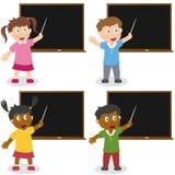 Skolaungar med blackboarden Arkivfoto