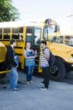 Skolaungar som har en konversation efter skola Arkivfoton