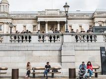 Skolaungdom och vuxna människor som är slö utvändig National Gallery i Tra Arkivfoton