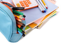 Skolautrustning, blyertspennafall, tillförsel med räknemaskinen som isoleras på vit bakgrund Arkivfoto