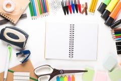 Skolautrustning med anteckningsboken Arkivbild