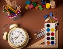Skolautrustning, retro ringklocka och tillbaka till den skriftliga skolan Arkivfoto