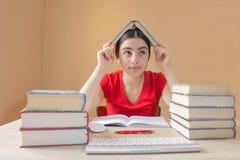 Skolböcker på skrivbordet, utbildningsbegrepp flicka som hemma gör kurser Royaltyfri Fotografi