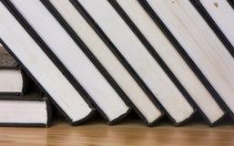 Skolböcker som staplas på trätabellen Arkivfoton
