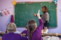 Skolbarn deltar aktivt i grupp Arkivfoto