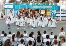 Skolbarn från skolan Katzenelson firar 50 år av Arkivfoto