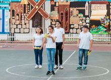 Skolbarn från skolan Katzenelson firar 50 år av Arkivbild