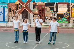 Skolbarn från skolan Katzenelson firar 50 år av Royaltyfri Bild