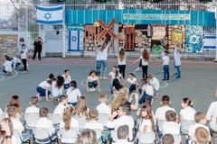 Skolbarn från skolan Katzenelson firar 50 år av Royaltyfri Fotografi