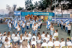 Skolbarn från skolan Katzenelson firar 50 år av Arkivbilder