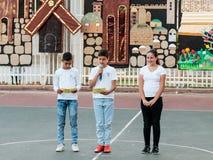 Skolbarn från skolan Katzenelson firar 50 år av Royaltyfri Foto