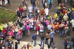 Skolbarn i en kunskapsdag i Moskva Fotografering för Bildbyråer