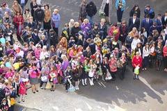 Skolbarn i en kunskapsdag i Moskva Royaltyfri Bild